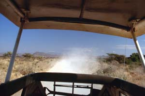 Staubwolke hinter dem Safaribus. Buffalo Springs National Reserve, Kenia. / Cloud of dust behind the safari bus. Buffalo Springs National Reserve, Kenya. / (c) Walter Mitch Podszuck (Bwana Mitch) - #980901-18